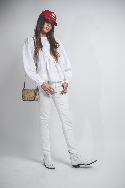 Look total blanc jean, santiags et top blanc et sac jérôme dreyfuss